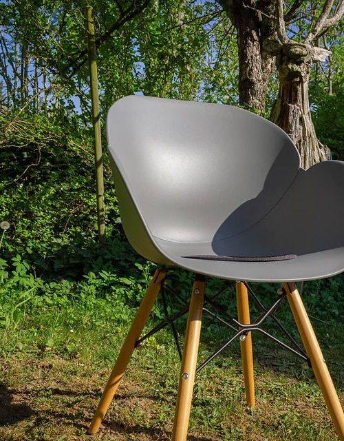 Schalenstuhl mit Holzgestell