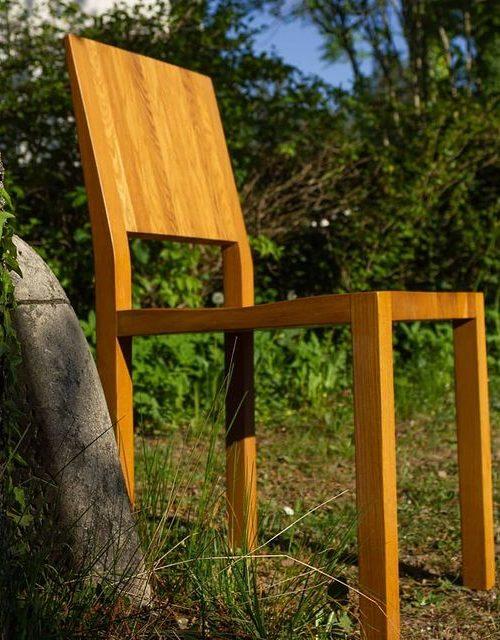 Massiver Holzstuhl