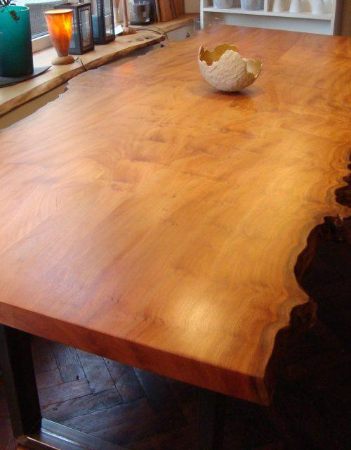 Tisch mit Waldkante und Metallgestell