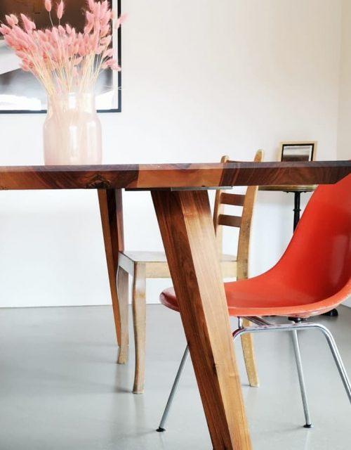 Nussbaumtisch mit Schrägfüßen
